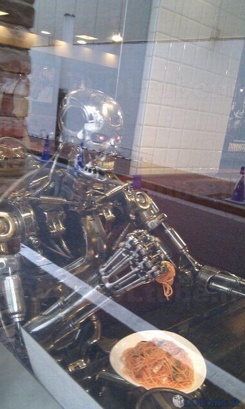 Terminator mange des nouilles