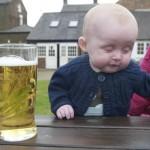 Un bébé devant une bière