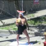 Un mec avec une pastèque sur la tête