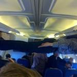 Dormir dans un avion d'une drôle de façon