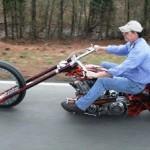 Moto avec de drôles de roues