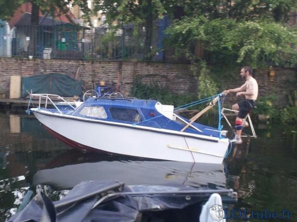 Pédalo en forme de bateau