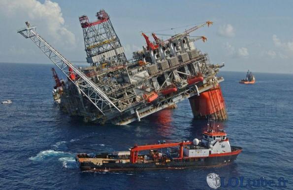 Plateforme pétrolière penchée