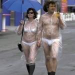 Se protéger de la pluie en sous vêtements