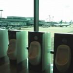 Toilettes avec vue sur des avions