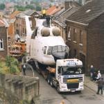 Transport d'hélicoptère dans un village