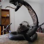 Un serpent avec des morceaux de vélos