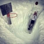 Jouer au basket sous la neige