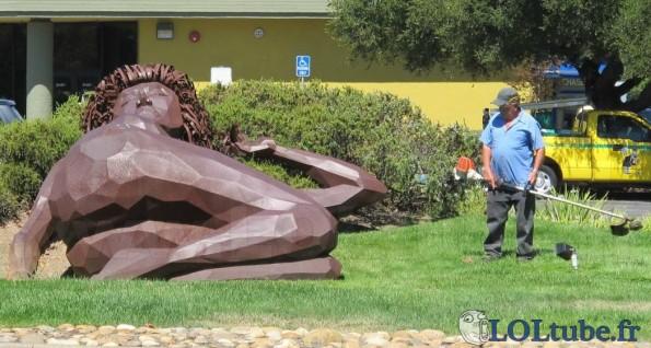 Perplexe devant la statue