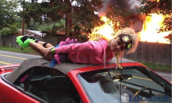 Planking devant un incendie