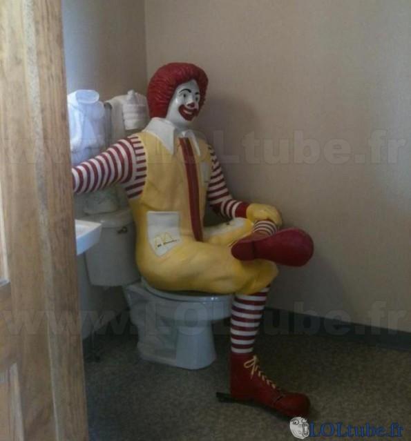 Même Ronald va aux toilettes