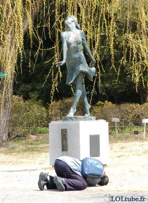 Sous la jupe d'une statue
