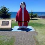 Statue de pinguin père noel ?