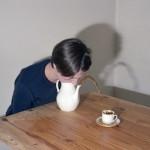 Comment servir du thé sans les mains
