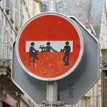 Squat sur un panneau de sens interdit