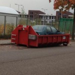 Une voiture à la poubelle