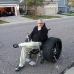 Fauteuil roulant avec de sacrées roues