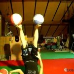 Une rousse qui fait du jonglage