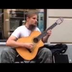 Incroyable artiste de rue à la guitare