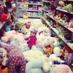 Ne laissez pas un bébé au rayon peluches d'un magasin
