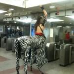 Un centaure prend le métro
