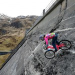 Du vélo sur un barrage