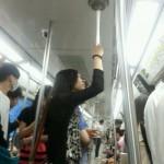 Se tenir dans le métro