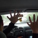 Un chauffeur doué de ses doigts
