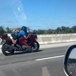 Drôle de façon d'être sur une moto