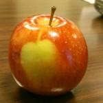 Une pomme sur une pomme