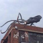 Statue étrange sur un batiment