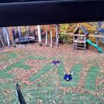 Jouer avec les feuilles d'automne