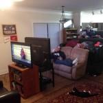 Trois canapés une télé