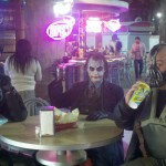 Batman Joker et Bane prennent un verre