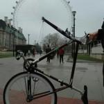 Il a remplacé sa roue de vélo, incroyable