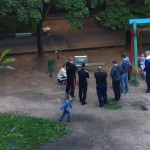 Suivre le foot au parc d'enfants