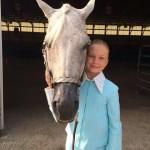 Une fille transportant sa tête de cheval